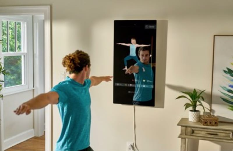 a man uses the Echelon Reflect
